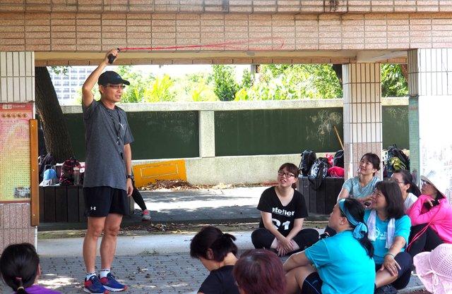 黃泰源 主任示範說明甩繩訓練注意事項 。