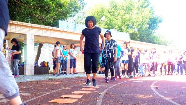 課程當日,陪伴老師們依照順序排隊練習跳躍動作。