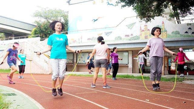 育仁的時玨老師&燕雪老師展現默契,一起嘗試跳繩變化。
