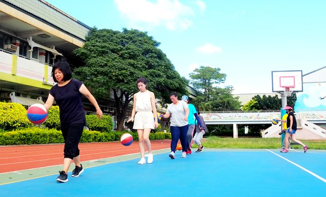 蚵間淑貞(由左至右)、大埔雅玲與北湖淑婷等陪伴老師們,在晴空萬里下練習移動運球。
