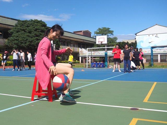 菓林項雯老師坐在椅凳上流暢地轉身運球。
