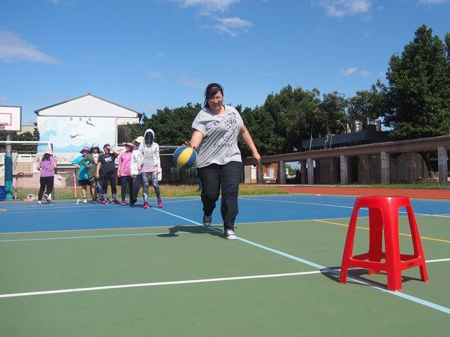 龍岡雅萍老師參與移動運球趣味競賽時神采洋溢的模樣。
