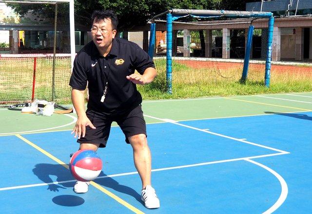潮音國小 黃宥嘉主任示範運球空手護球動作。