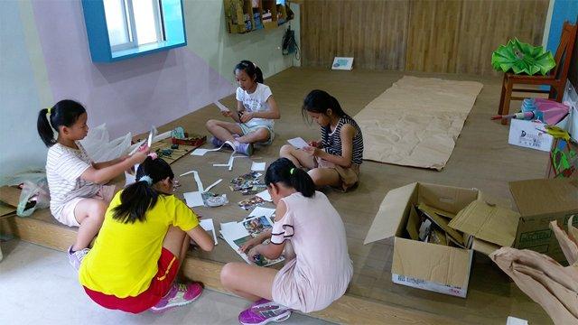 美術展從無到有,由學生自行完成;影像是佈置小組剛開始佈展情形。