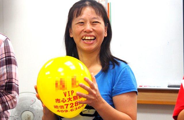 雅萍老師善用資源,利用建商發放的氣球籌備一堂有趣的活動。
