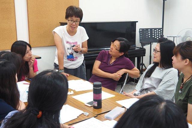 陪伴老師針對「課程設計」內容的提問與討論。